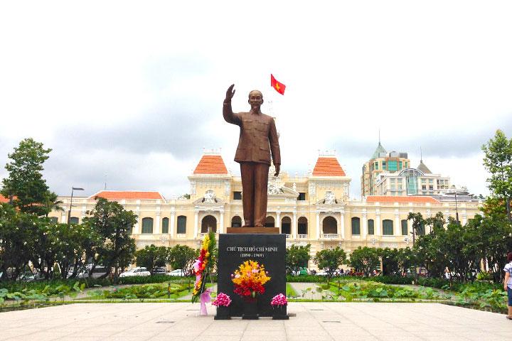 ホー・チミン銅像