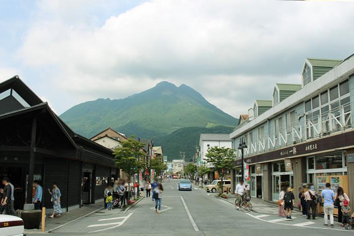 由布院駅から見える山側の景色