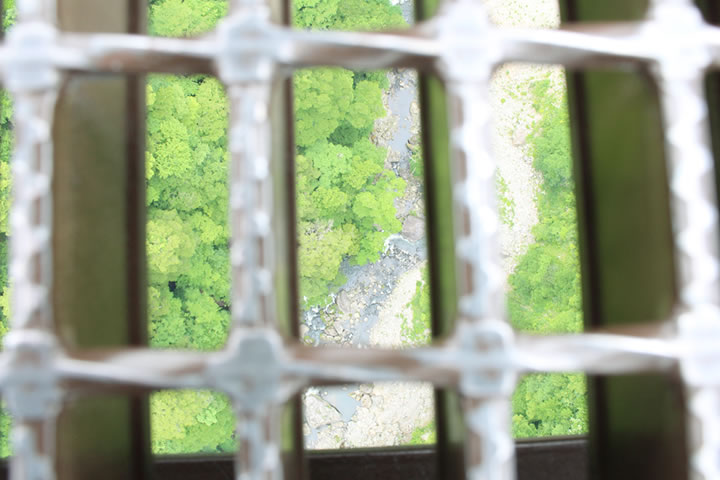 """九重""""夢""""大吊橋から下を覗いた様子"""