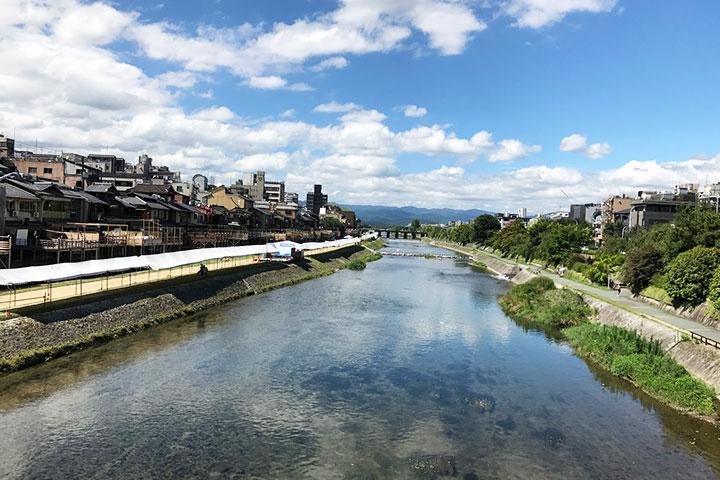 四条通りから眺める鴨川。