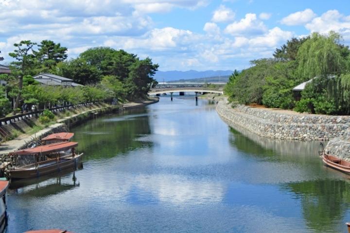 宇治川を巡る「遊覧船」と、中洲に渡るための「橘橋」