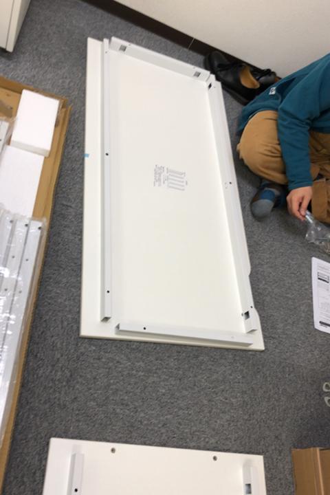 2月以降のメンバー用の机を組み立てるマネージャー