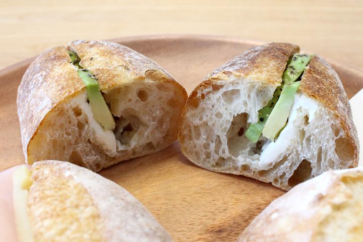 ラ ロッタ ベーカリー(La LOTTA BAKERY) アボカドとクリームチーズのBaguetteサンド断面図