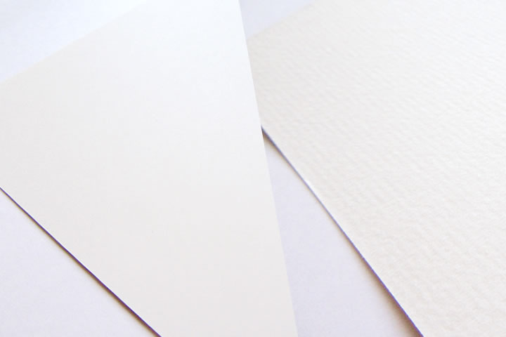 左:凸凹がない紙、右:凸凹がある紙