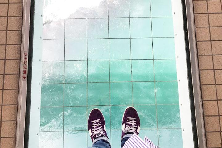 恐怖!! ガラスの床。正直足が震えました。満潮時は渦潮がしっかり見えるようです。