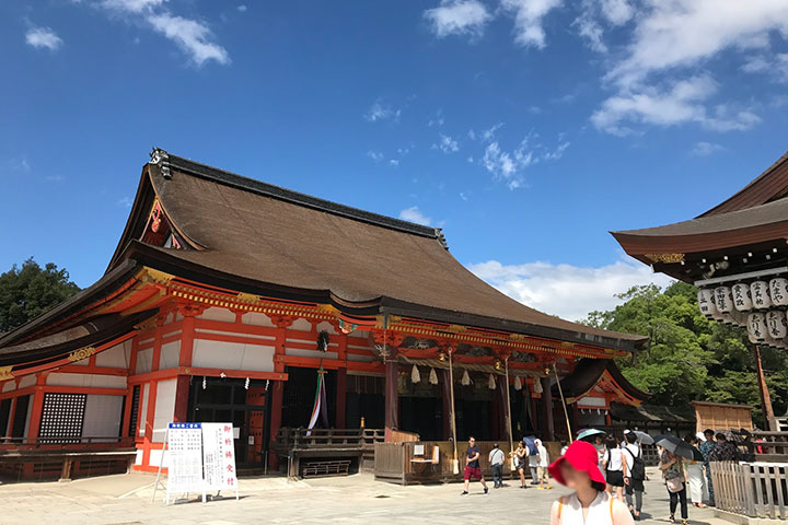 四条通の東のどんつきの八坂神社。西のどんつきは松尾大社です。