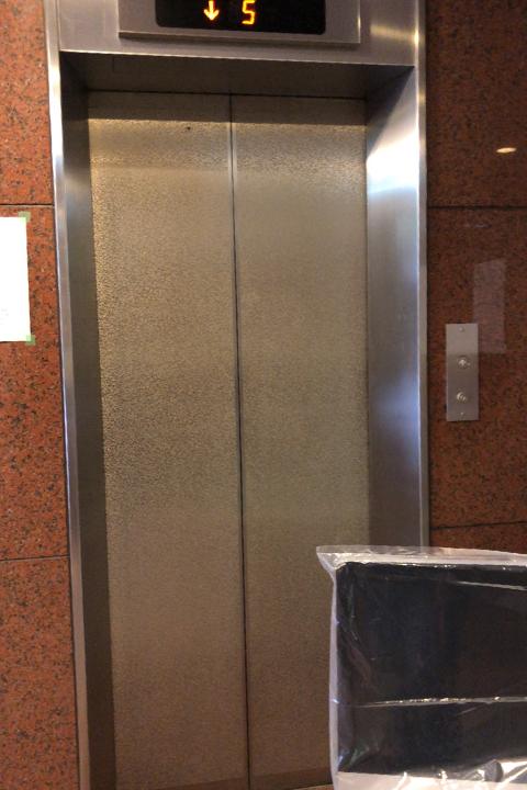 エレベーターで机を運び込みます